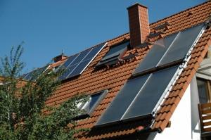 Kombination von Solarthermie und Pelletheizung; Foto: Klaus-Uwe Gerhardt / pixelio.de