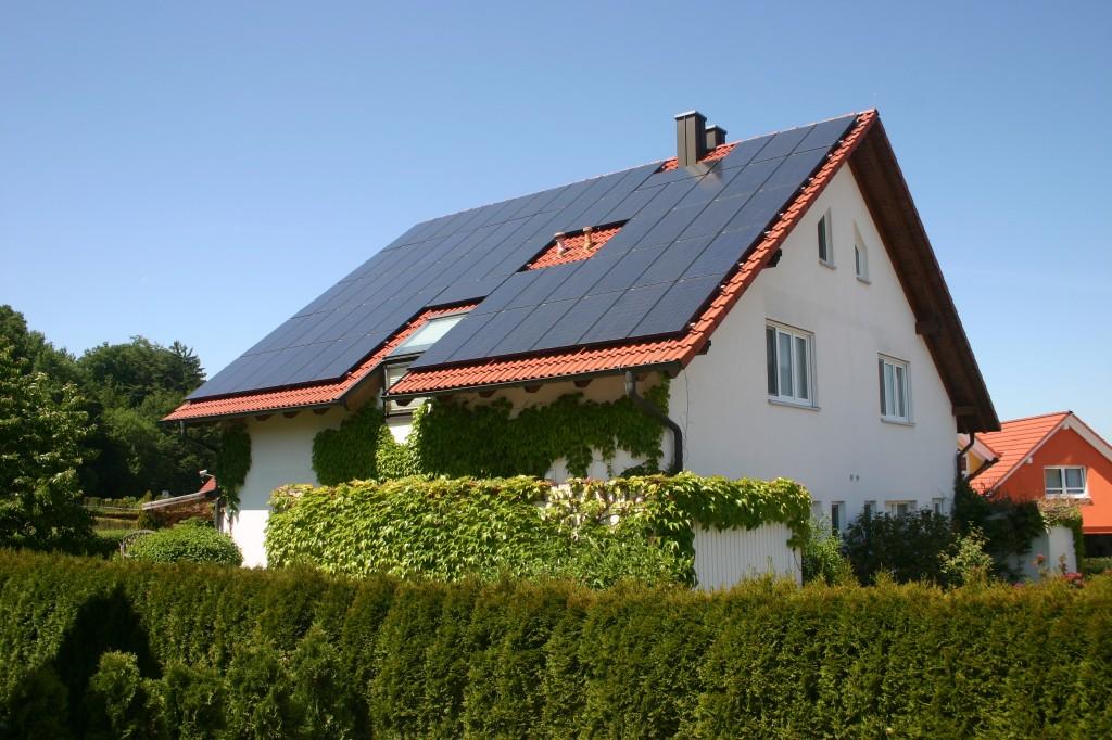 Beispiel: Photovoltaik - Anlage, 64 Module (81,7 m²), Leistung 11,95 kWp, 38° Neigung, SO-Ausrichtung, 5 Wechselrichter, Modulwirkungsgrad 14 %, Jahres - Ertrag 157 kWh/m² (1. Jahr; Standort: Süddeutschland); Foto: Uwe-Steinbrich