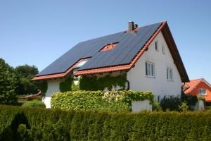 Anlage: 2010 installiert, 64 Module, Leistung 11,95 kWp; Foto: Uwe-Steinbrich/pixelio.de