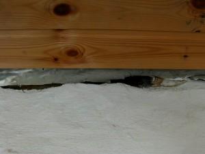 Dämmwahn 5/11 - Pfusch in der Bauausführung – Foto: Bauschäden durch fehlerhaften Anschluss der Dampfbremse
