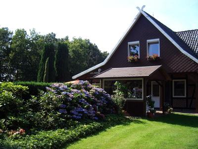 Hauseigener Garten; Bild Neurolle - Rolf / pixelio.de