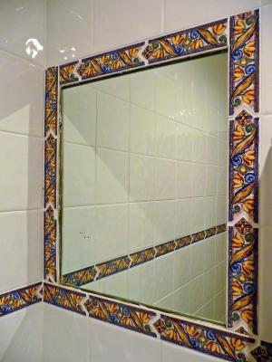 Infrarotheizung hinter einem Spiegel; Bild: Gabi Schoenemann / pixelio.de