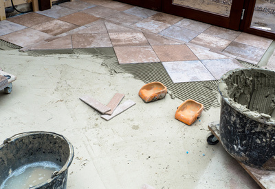 Fliesen legen; Bild: Petra Bork / pixelio.de