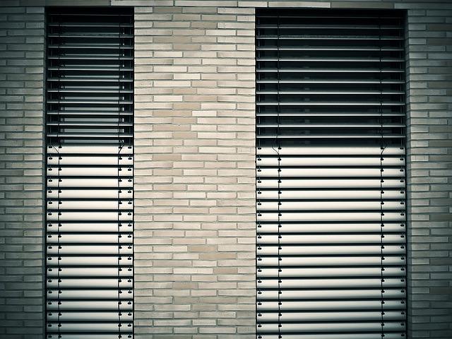 Fenster mit Sonnenschutz mit hoher Abdichtung