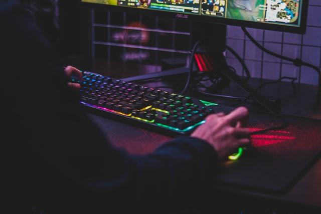 Das perfekte Gaming Zimmer einrichten; Photo by Axville on Unsplash