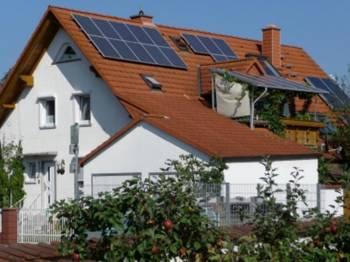 Steuer - Förderung - Foto: Haus mit Solaranlage